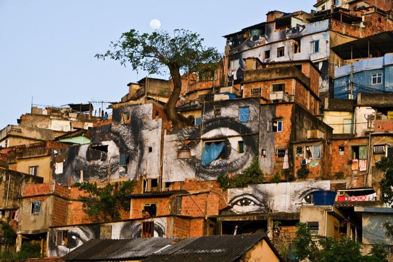 jr_view-of-the-exhibition-at-favela-morro-da-providencia-rio-de-janeiro-brazil-_3304_1_w800_132011